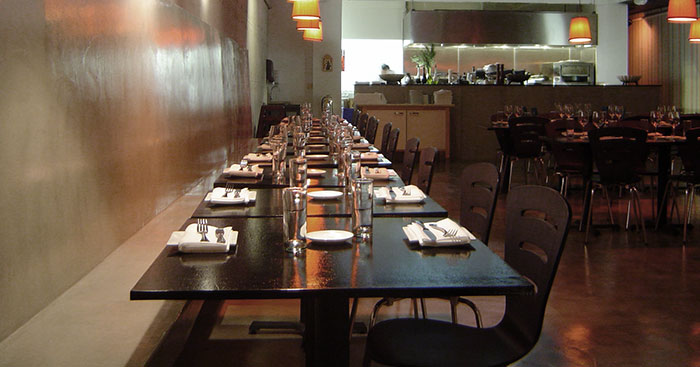 ... , tavolo bar e pavimento in cemento/resina su compensati in legno